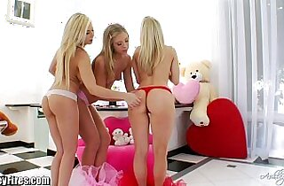 GAPING with your favorite blondes!