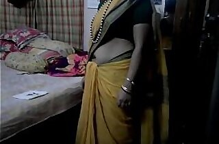 Desi tamil aunty exposing navel in saree with audio
